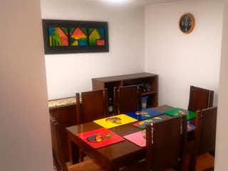 Una habitación con una mesa de madera y un reloj en Casa en venta Ubicado en Nueva Zelandia