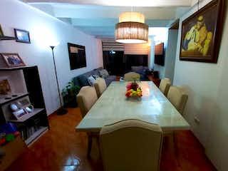 Una sala de estar llena de muebles y una televisión de pantalla plana en Apartamento en venta en Barrio Toberín de 3 alcoba