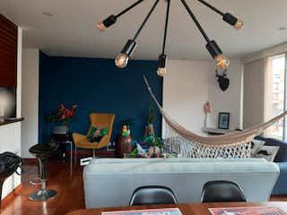 Una sala de estar llena de muebles y una televisión de pantalla plana en Apartamento en venta en Chicó Navarra de 3 hab. con Balcón...