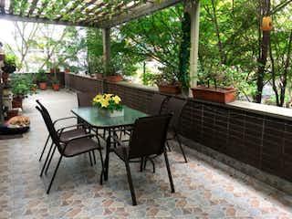 Un par de sillas sentadas junto a una planta en maceta en Apartamento en venta en Zúñiga de 4 hab. con Gimnasio...