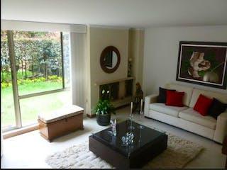 Una sala de estar llena de muebles y una gran ventana en Casa en venta en Casa Blanca Suba con acceso a Gimnasio
