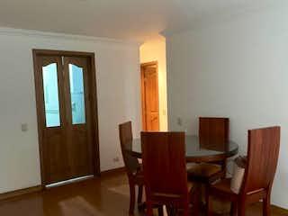 Una sala de estar llena de muebles y un suelo de madera en Apartamento en venta Ubicado en Batn