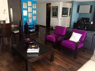 Una sala de estar llena de muebles y un suelo de madera dura en Apartamento en venta Ubicado en Santa Barbara