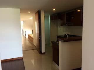 Una cocina con nevera y fregadero en Ubicado en Chia, Apartamento en venta en Casco Urbano Chía de 1 alcoba