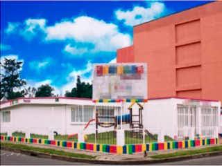 Un gran edificio con un gran edificio en el fondo en Casa en venta en Barrio Cedritos de 5 hab. con Jardín...