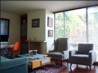Una sala de estar llena de muebles y una televisión de pantalla plana en Casa en venta Ubicada en del Monte