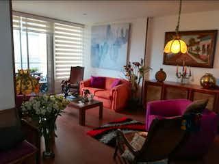 Una sala de estar llena de muebles y una lámpara de araña en Apartamento en venta, ubicado en Chia