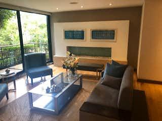 Una sala de estar llena de muebles y una gran ventana en Apartamento en venta en Altos De Chozica de 3 hab. con Piscina...