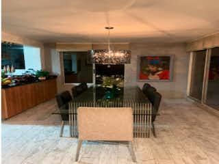 Una sala de estar llena de muebles y una lámpara de araña en Casa en venta en Los Balsos de 3 hab. con Jardín...