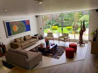 Una sala de estar llena de muebles y una televisión de pantalla plana en Casa en venta en Barrio Niza, 500m² con Jardín...