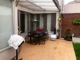 Una habitación que tiene una cama y una mesa en ella en Casa en venta en Santa Paula de 4 habitaciones