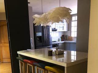 Una cocina con un gran ventanal en ella en Apartamento en venta en Chicó Navarra de 2 alcobas