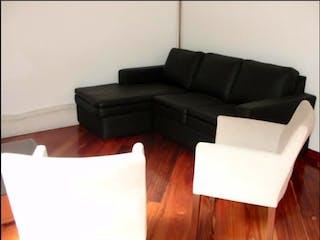 Una sala de estar llena de muebles y un suelo de madera dura en Casa en venta ubicada en Del Monte