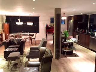 Una sala de estar llena de muebles y una mesa en Penthouse en venta, ubicado en Chapinero