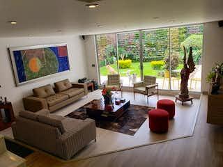 Una sala de estar llena de muebles y una televisión de pantalla plana en Venta de linda casa en Niza