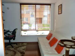 Una sala de estar llena de muebles y una ventana en Venta de linda casa