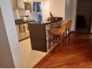 Una cocina con suelos de madera y suelos de madera en Apartamento en venta en Batán de 3 hab.