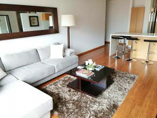 Una sala de estar llena de muebles y una mesa en Apartamento en venta en Chicó Reservado de 2 alcoba