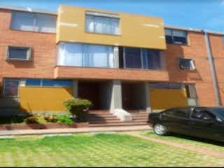 Un coche estacionado delante de un edificio en Casa  en venta, ubicado en Del Monte