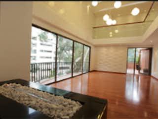 Una habitación muy bonita con una gran ventana en Penthouse  en venta, ubicado en Bosque Medina