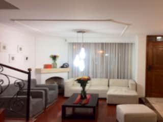 Una sala de estar llena de muebles y una mesa en Casa en venta en Estrella Del Norte de 3 hab. con Jardín...