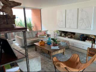 Una sala de estar llena de muebles y una chimenea en Apartamento en venta en Santa Ana Occidental de 3 alcoba