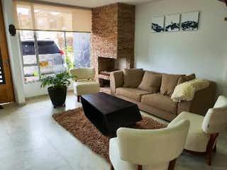 Una sala de estar llena de muebles y una gran ventana en Casa en venta en Serrezuela de 4 hab. con Jardín...