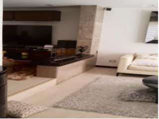 Una cocina con un fregadero y una estufa en Casa en venta en Chicó Navarra de 170m² con Jardín...