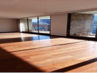 Un banco de madera sentado en medio de una habitación en Apartamento en venta en La Cabrera con Jardín...