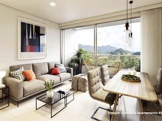 Una sala de estar llena de muebles y una ventana en Castelli