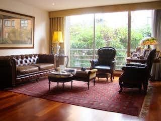 Una sala de estar llena de muebles y una mesa de café en Apartamento con terraza en venta en Chico Navarra