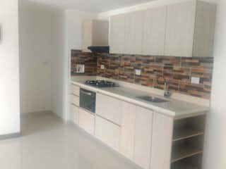 Una cocina con una estufa de fregadero y armarios en Venta de Apartamento en Pilarica