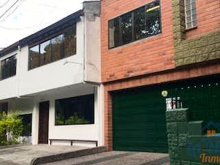 Un edificio de ladrillo con un letrero en la calle en Casa ParaVenta