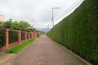 Casa En Venta En Chia, cuenta con chimenea y jacuzzi.