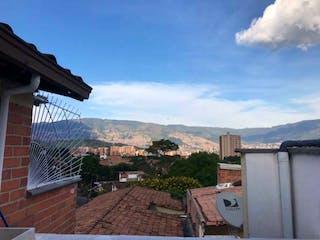 Una vista de una ciudad con un edificio en el fondo en SE VENDE APARTAESTUDIO SECTOR LA FLORESTA