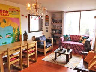 Una sala de estar llena de muebles y una mesa en Apartamento En Venta En Bogota Chapinero Alto