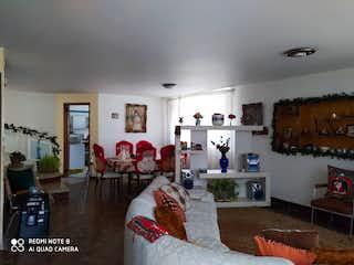 Una sala de estar llena de muebles y una chimenea en Venta Casa Santa Isabel