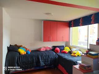 Un dormitorio con una cama y un escritorio en Venta Casa Alameda