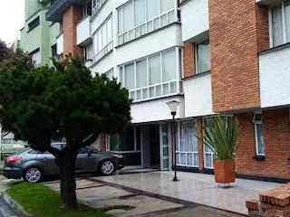 Un rincón de la calle con un edificio y una boca de incendios en Apartamento en venta en Barrio Nicolás De Federman de 3 habitaciones