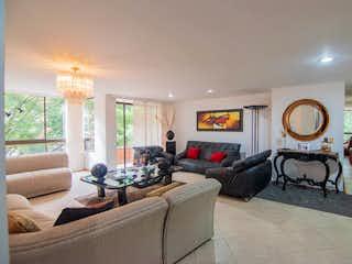Una sala de estar llena de muebles y una gran ventana en Apartamento en venta en San Lucas 165m²