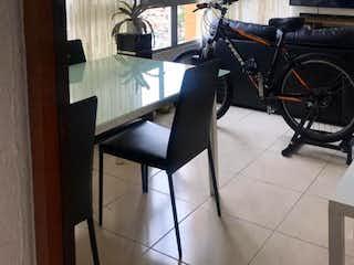 Una bicicleta estacionada en un piso de azulejos en una habitación en Apartamento en Venta ROBLEDO