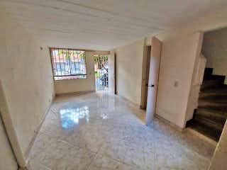 Un cuarto de baño con una bañera y una ventana en Casa en Venta VILLA AVENTURA