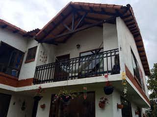 Un edificio con un reloj en el costado en Casa Campestre En Venta En Cota Cota
