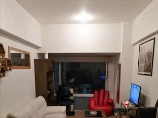 Una sala de estar llena de muebles y una televisión de pantalla plana en Hermoso departamento en venta