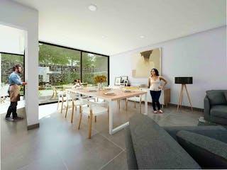 Un hombre de pie en una sala de estar al lado de una mesa en Casa para estrenar en Tepepan, $10,074,994