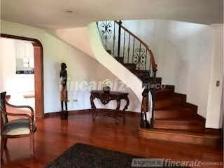 Una sala de estar llena de muebles y un suelo de madera en Casa Campestre En Venta En Chia Tiquiza