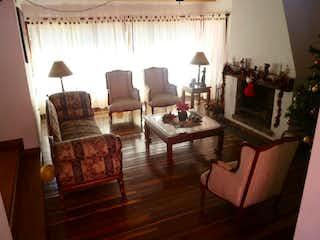 Una sala de estar llena de muebles y una chimenea en Casa en venta en Fonquetá, 386mt