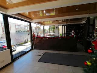 Una vista de una sala de estar con un gran ventanal en Conjunto