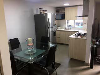 Una cocina con nevera y fregadero en Apartamento en venta en Loma De Los Bernal con acceso a Piscina