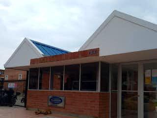 Un edificio de ladrillo con un gran edificio en el fondo en Casa en venta en Casco Urbano Soacha de 74m²